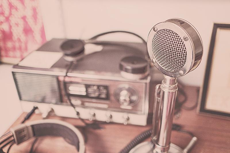 Radio und Mikrofon für Interview